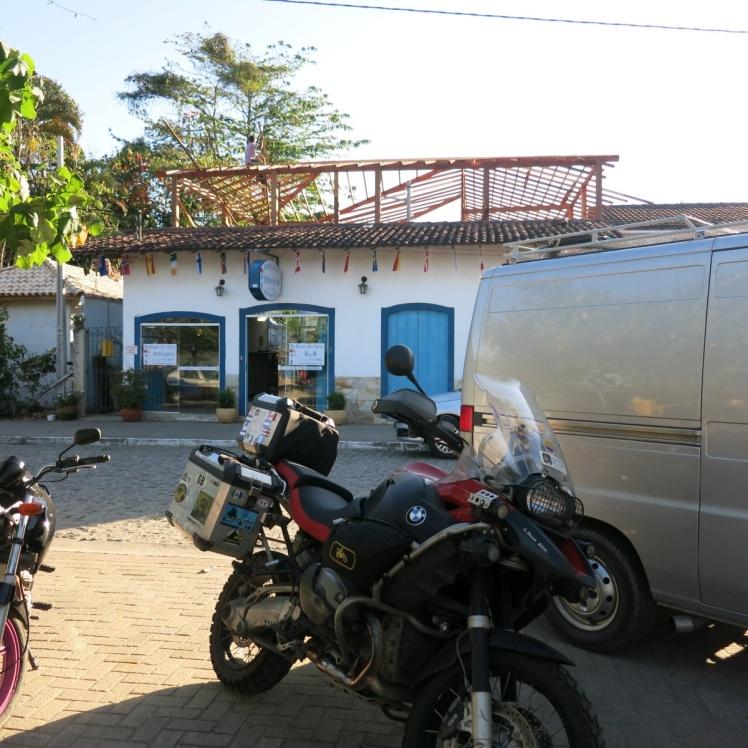 La moto duerme en la calle, por primera vez en este viaje... Al frente del Hotel