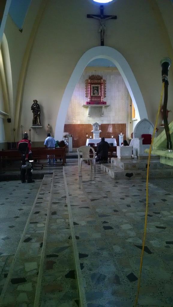 La foto no ayuda mucho, pero la imagen al fondo es la Virgen del Topo con Cristo en su regazo. Las caras son como en estilo de Guayasamin