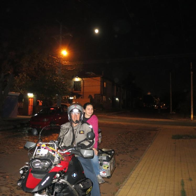Con Juanita y una luna llena espectacular al fondo