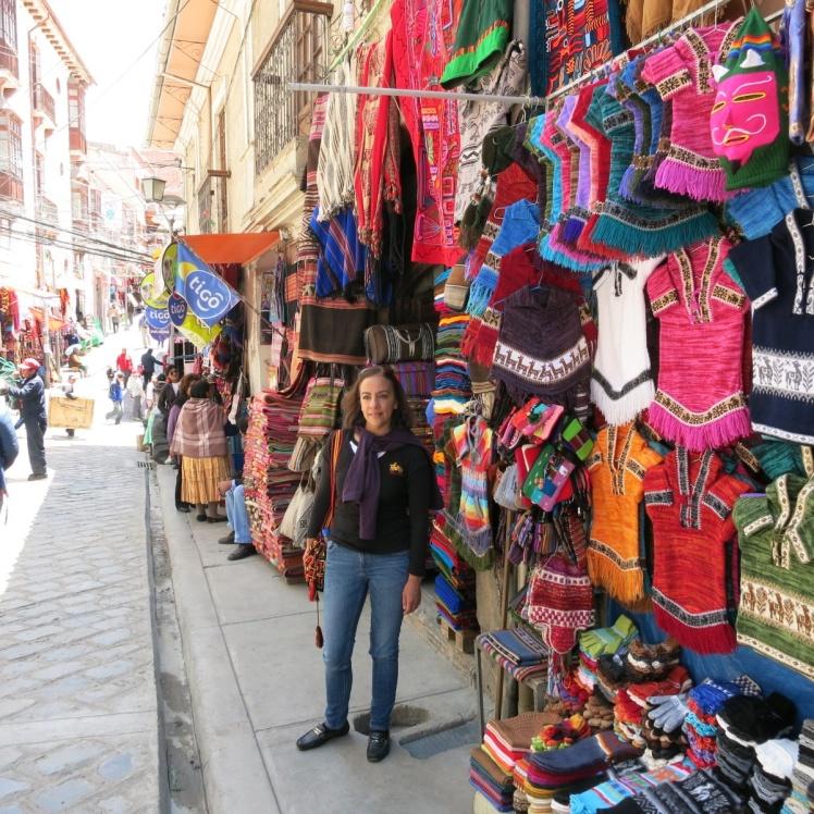Paseo por la calle de Las Brujas. Artesania Boliviana