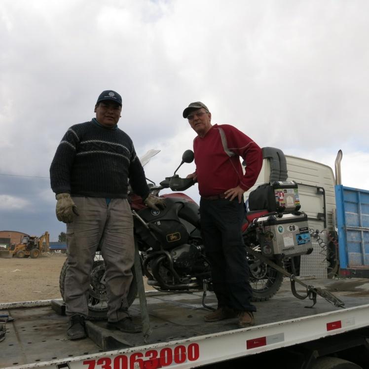 Con Bernardo,  en el  tercer vehículo de apoyo.