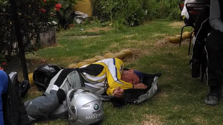 Arturo puede dormir donde sea... Y se levanta como nuevo !!