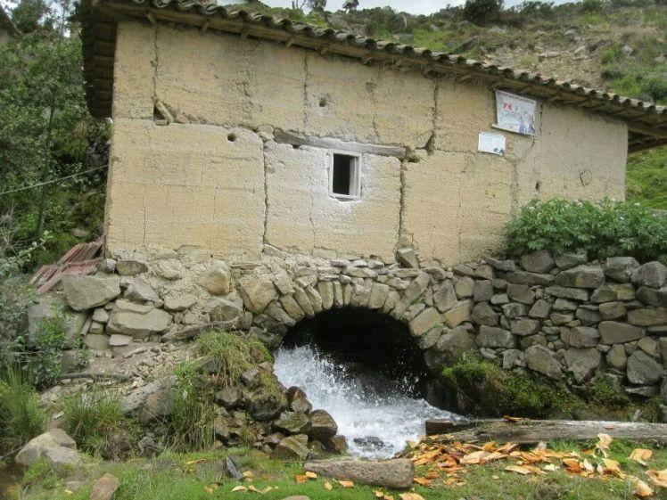 Molino de Agua con sus rastros de harina en la ventana