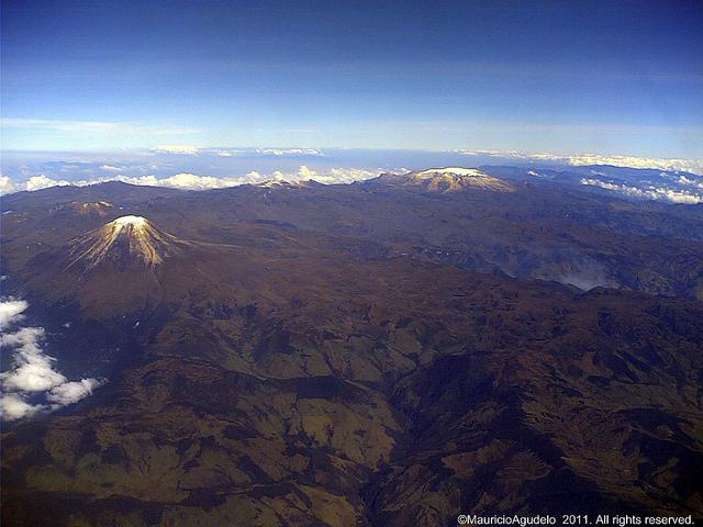 Nevado del Tolima en primer plano y Ruiz al fondo