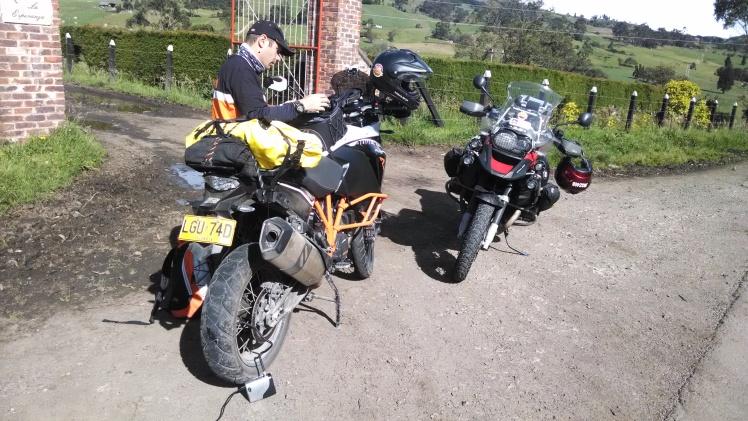 Sin delatar a nadie, se ve la moto pinchada y al dueño...