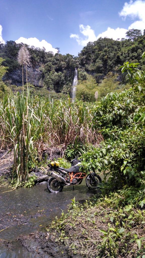 Cascada de Angulo... Apenas se ve al fondo