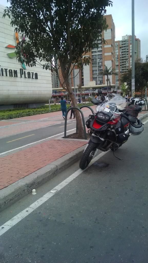 Frente a Titan Plaza.