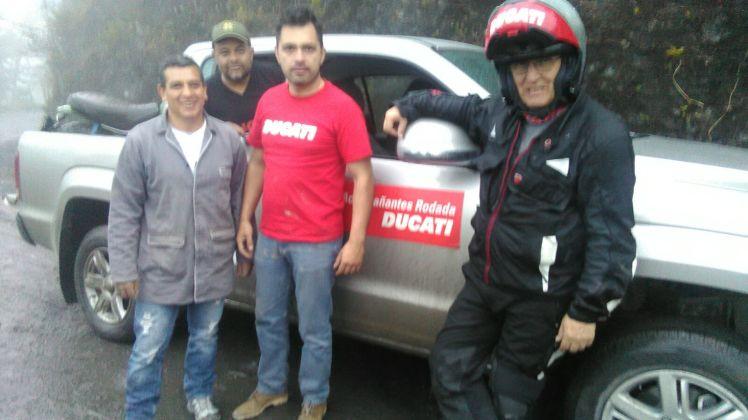 Rodrigo Gonzalez, Mauricio Huertas, Diedo Silva y este cronista con la camioneta puesta por Ducati