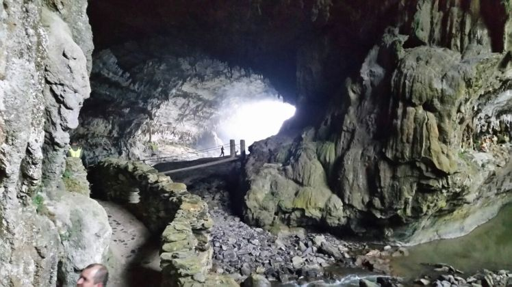 Caverna con una ventana al fondo