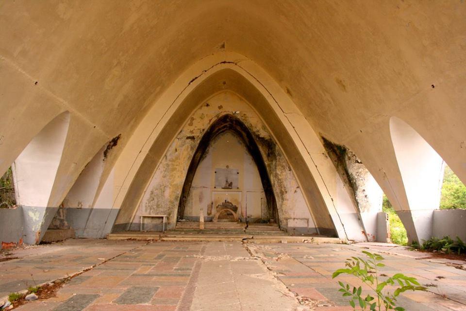 Detalles de la Iglesia por dentro. Note las grietas en techos, paredes y pisos